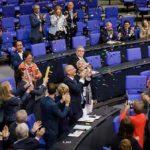 Feiern ausgelassen ihren Triumph: Umvolker Beck und Grünen-Konsorten heute im Bundestag nach Bekanntgabe des Abstimmungsergebnisses.