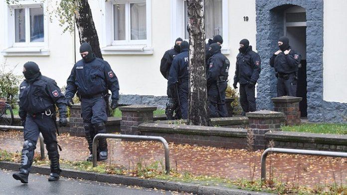 Im November 2016 durchsuchten Polizisten in Hildesheim ein Wohnhaus eines IS-Terroristen.