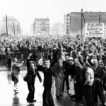 17. Juni 1953: Demonstranten versammeln sich in Ostberlin an der Sektorengrenze.