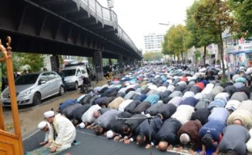 Islamisches Kampfbeten in der Skalitzer Straße in Berlin.