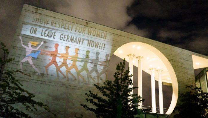 Lichtkunst am Kanzleramt - siehe auch merkeldieeidbrecherin.com.