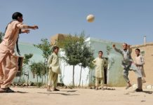 Ball spielende Kinder in Afghanistan.