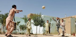 Ball spielende Kinder in Afghanistan.