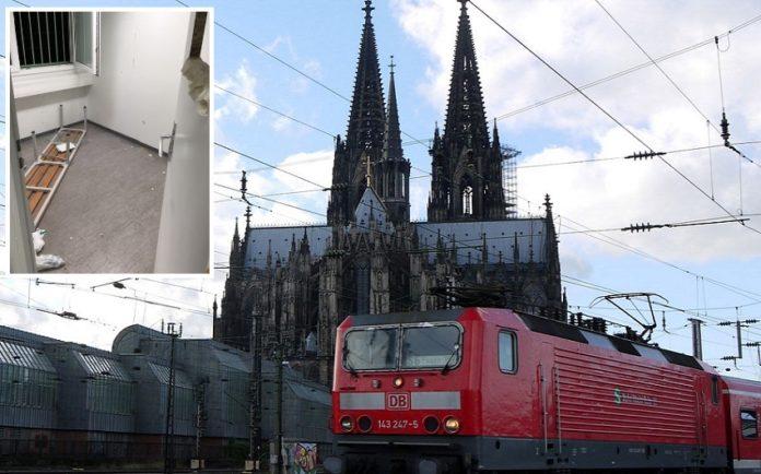 Zug in Köln (Symbolbild); kleines Bild: die verwüstetes Zelle am Polizeirevier.
