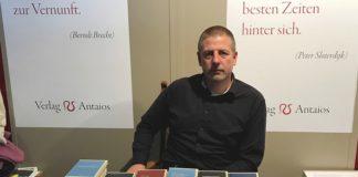 Konnte mehr als zufrieden sein mit dem Verlauf der Buchmesse: Götz Kubitschek am Stand seines Verlags Antaios.