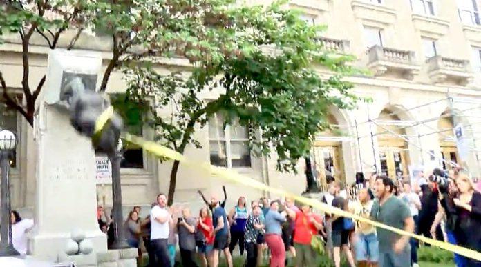 US-Antifanten zerstören die Statue des Truppen-Befehlshabers der Südstaaten, Robert E. Lee, in North Carolina.