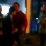 Einer der Angreifer (l.) versucht Bystron (r.) zu attackieren, wird aber von einem AfD-Plakatierer davon abgehalten.