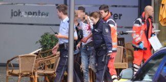 Rettungskräfte helfen dem durch den Machetenangriff schwer verletzten Mann.