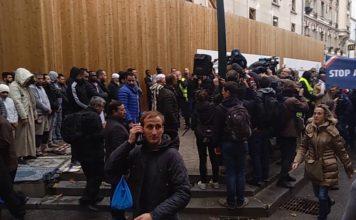 Die Marseillaise singenden Demonstranten treffen auf die Allahu akbar-Schreihälse.