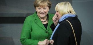 Kanzlerin Angela Merkel und Claudia Roth (Grüne) haben Spaß.