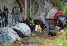 Einer der zahllosen Schandflecke in der deutschen Hauptstadt - Obdachlose im Berliner Tiergarten.