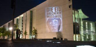 Berlin: Die Eidbrecherin ins rechte Licht gerückt. (siehe auch: merkeldieeidbrecherin.com)
