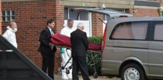 Die Leiche der ermordeten Mutter wird abtransportiert.
