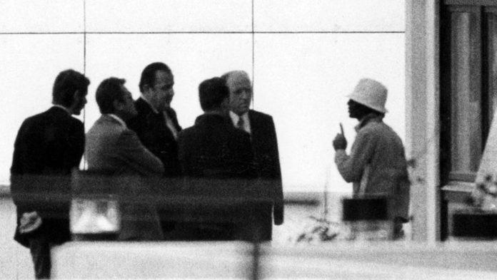 Ein arabischer Terrorist (re.) verhandelt am 05.09.1972 am israelischen Teamquartier im Olympischen Dorf der Münchner Sommerspiele mit Bundesinnenminister Hans-Dietrich Genscher (3.v.l) und weiteren Offiziellen.