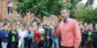 """Das Bild des Lehrers Alexander Dankert, der die Kinder gegen die AfD aufhetzte, musste PI nach Drohung juristischer Schritte von Seiten der """"Altmarkt Zeitung"""" wieder entfernen. Hier ist die Gehirnwäsche ohne Verwackelungseffekt zu sehen."""