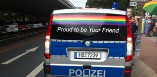 Polizeiwagen am 26.8. im CSD-Einsatz in Bremen.