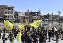 """Soldaten der """"Syrisch-Demokratischen-Kräfte"""" (""""Syrian Democratic Forces"""") in der ehemalige IS-Hauptstadt Rakka."""