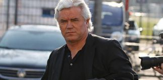 Ex-Bundesligatrainer Uwe Rapolder wird nach seiner Merkel-Kritik von der Presse gejagt.