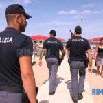 Rimini steht unter Schock: Poliizeibeamte patroullieren am Strand des beliebten italienischen Ferienortes.