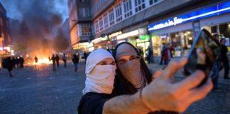 Event-Charakter - Linksextremisten machen Selfies vor brennenden Barrikaden.