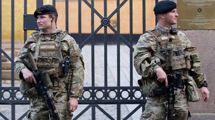 Dänische Soldaten vor einer Synagoge.