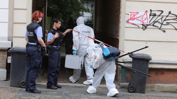 Leipziger Kriminaltechniker betreten das Haus, in dem der Afghane seine hochschwangere Frau vor den Augen der Kinder erstach.