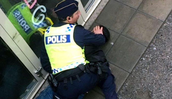 Der Täter wird vom Kollegen des Opfers am Boden fixiert.