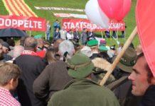 Rund 300 Personen nahmen Anfang Oktober an der Kundgebung der Süd-Tiroler Freiheit für Selbstbestimmung und d0ppelte Staatsbürgerschaft am Brenner teil.