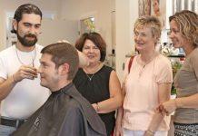 Kevin Freiwald vom Jobcenter hat den Haarschnitt von Mohammad Hussain Rashwani im August 2016 noch unblutig überlebt - im Gegensatz zu Friseurladen-Chefin Ilona Fugmann (schwarzes Oberteil).