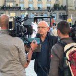 """Benötigte für seinen Pegida-Aufsager einen Teleprompter: """"Enthüllungsjournalist"""" Günter Wallraff mit Kamerateam."""