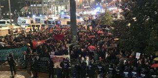 """Die gewaltbereite Rote SA marschiert vor dem Gebäude der AfD-Wahlparty auf: """"Ganz! – Berlin! – hasst die AfD!"""""""