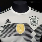 Grau und trist - einzig das Wappen für den Weltmeister von 2014 leuchtet golden.