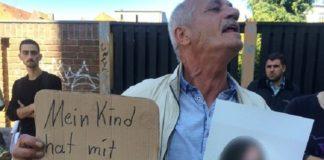 Adnan Mustafa (Mitte) beschuldigte zuerst den Schuldirektor, für den Fenstersturz seiner Tochter verantwortlich gewesen zu sein.