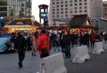 "Betonbepollerte ""Winterwelt"" am Potsdamer Platz in Berlin."