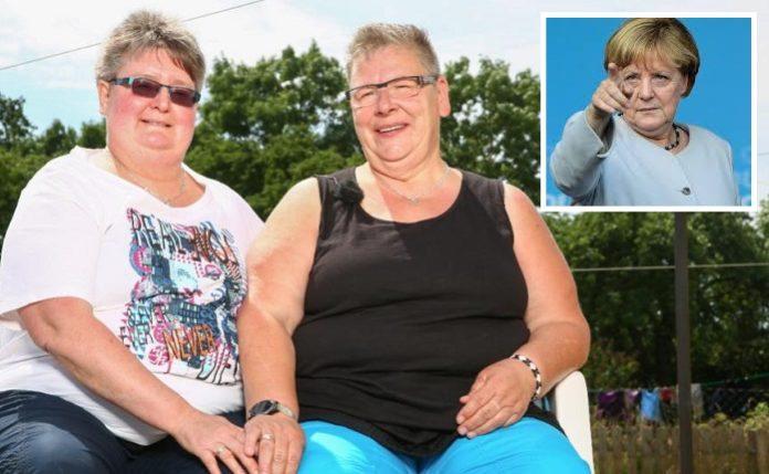"""Gundula Zilm (52, l.) und ihre lesbische Partnerin Christine (58) brachten laut Medien Angela Merkel bei zwei Begegnungen dazu, ihre Haltung zur """"Ehe für alle"""" zu ändern."""